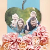 Een mooie gezinsfoto op een houten hart aan de muur